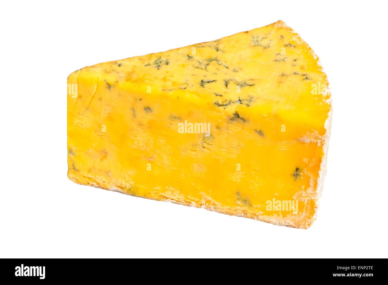 Shropshire blue cheese tagliati o isolato su uno sfondo bianco, UK. Immagini Stock