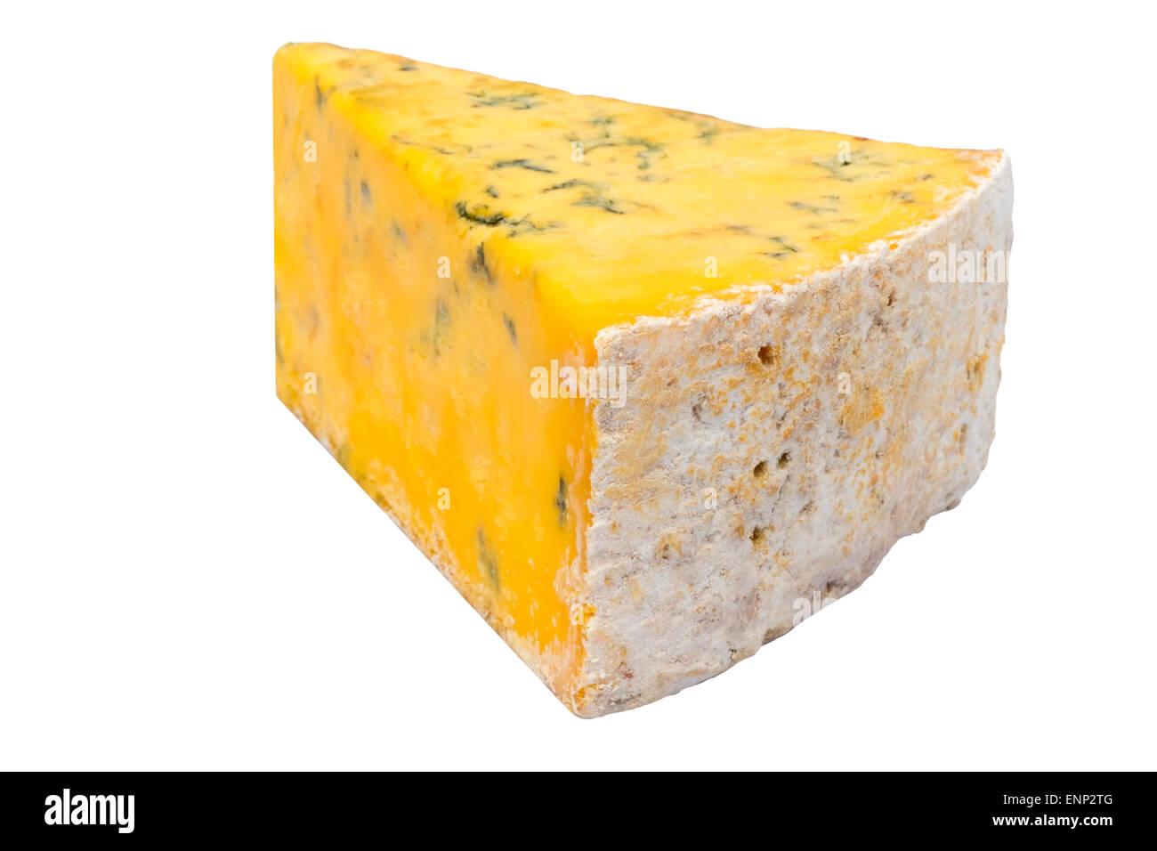 Shropshire blue cheese tagliati o isolata contro uno sfondo bianco, UK. Immagini Stock