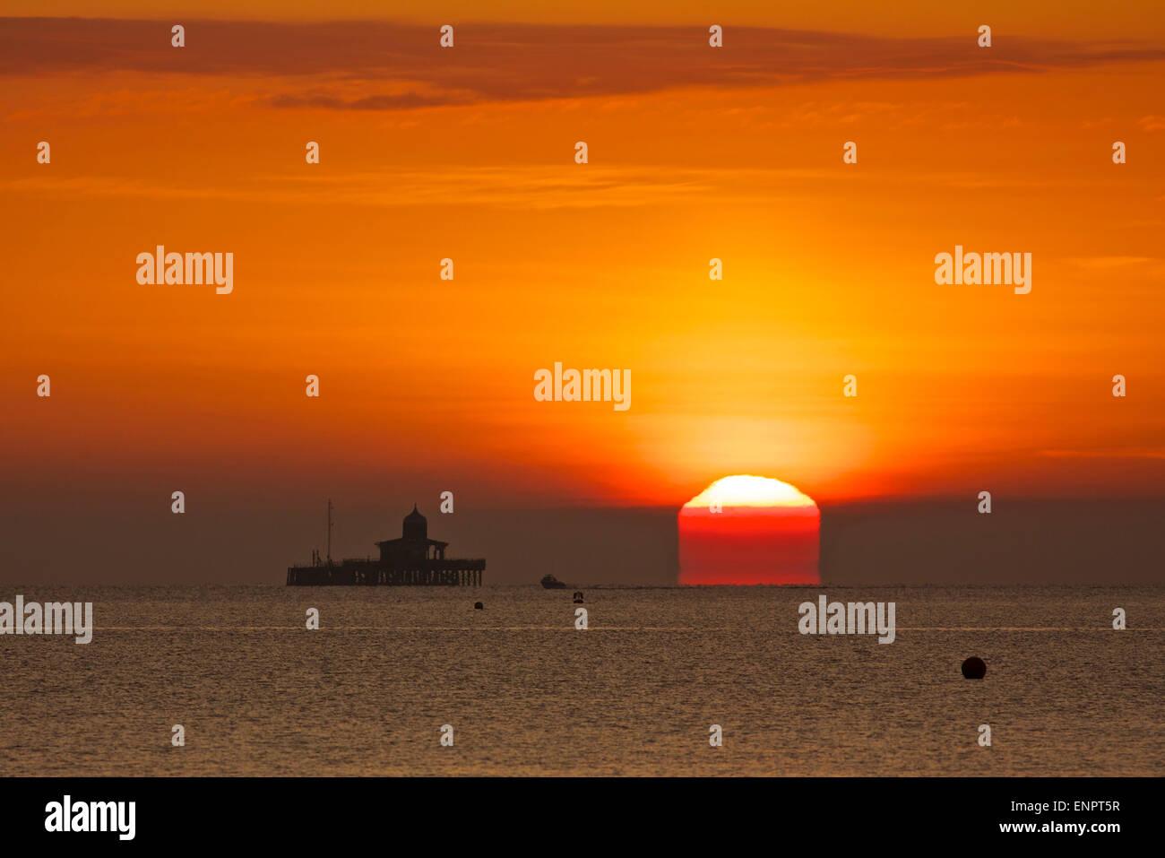 Herne Bay, Kent, Regno Unito. 10 Maggio 2015: Regno Unito Meteo. Un vago mattina offre il cielo di un rosso-arancione Immagini Stock