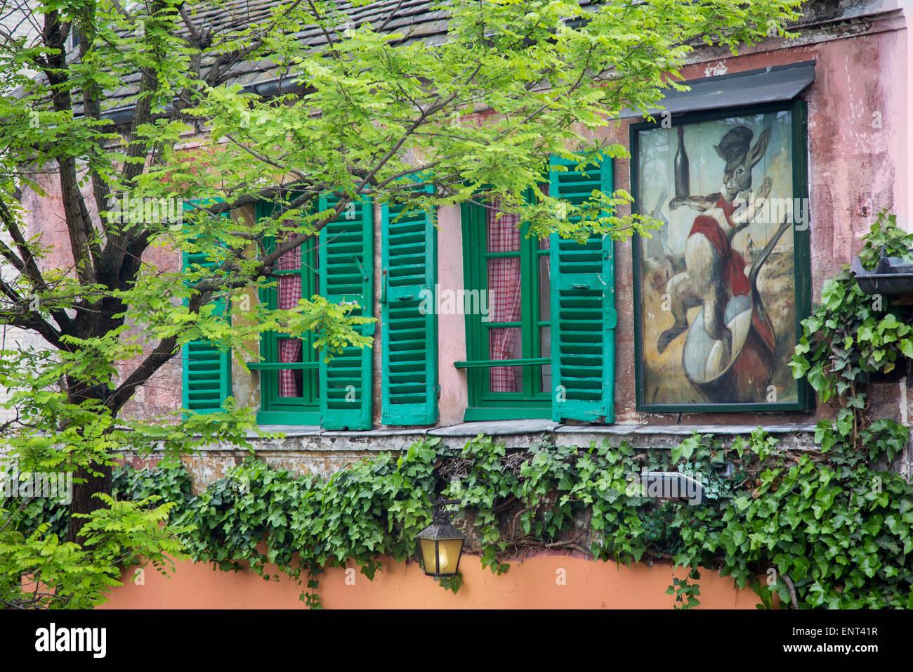Au Lapin Agile, un piccolo spettacolo di cabaret frequentato da Picasso, Hemingway e altri artisti nei primi anni Immagini Stock