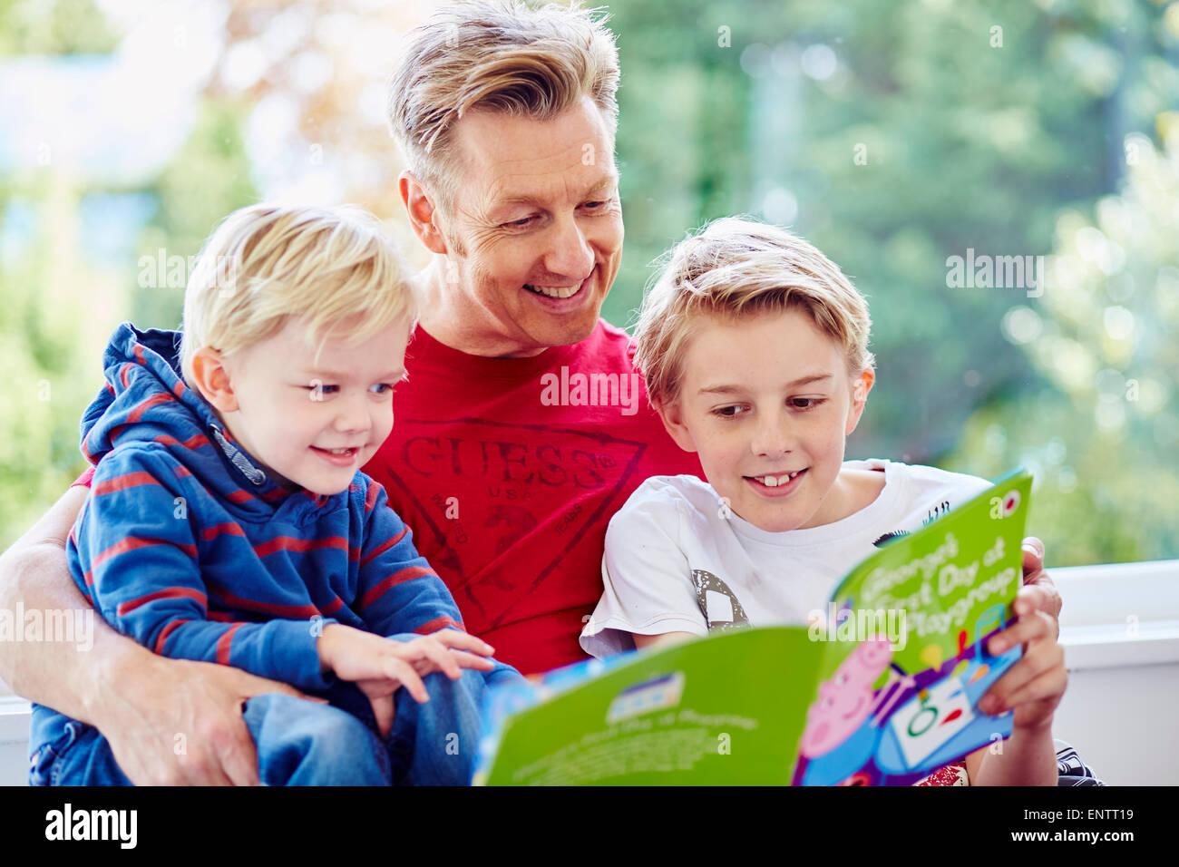 Padre libro di lettura per i bambini Immagini Stock