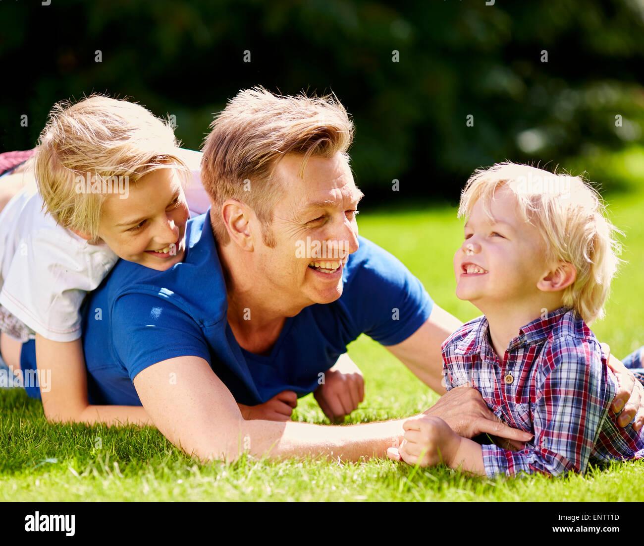 Padre a giocare con i bambini è all'aperto Foto Stock