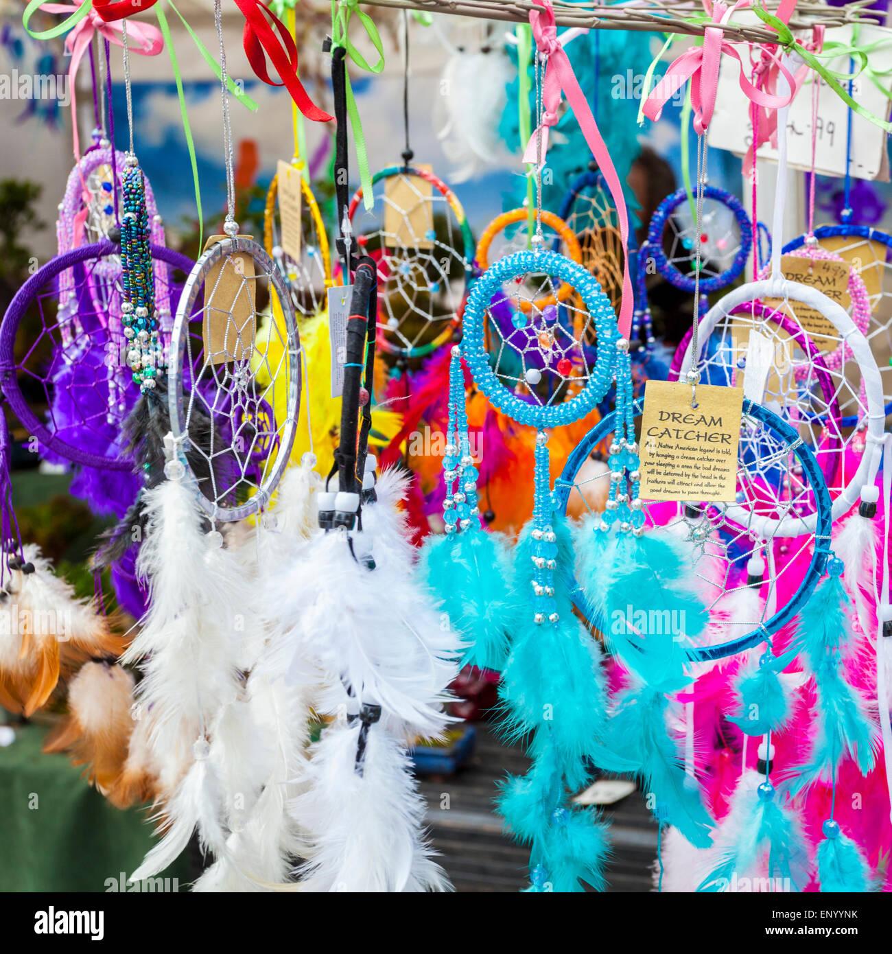Sogno catturatori (o) dreamcatchers per la vendita su un mercato in stallo, Nottingham, Inghilterra, Regno Unito Immagini Stock