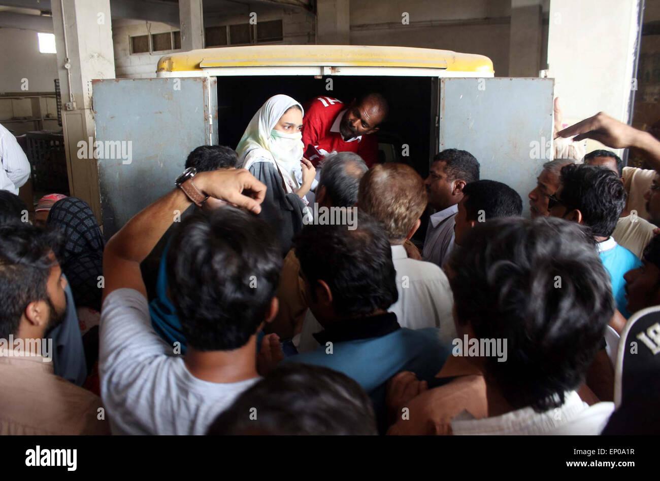 Funzionari di salvataggio di spostamento del corpo morto di ex Muttahida Qaumi Movement (MQM) Saulat attivista Mirza in una ambulanza per un Edhi la conservazione a freddo che è stato impiccato a Mach carcere martedì in tripla omicidio caso è stato dichiarato essere calmo e tranquillo al patibolo, presso l'aeroporto internazionale di Jinnah a Karachi il Martedì, 12 maggio 2015. Ex Muttahida Qaumi Movement (MQM) Saulat attivista Mirza fu eseguito oggi mattina alle 4:30 AM, per l'assassinio dell'ex KESC managing director Shahid Hamid, il suo autista e la guardia in 1997. Foto Stock