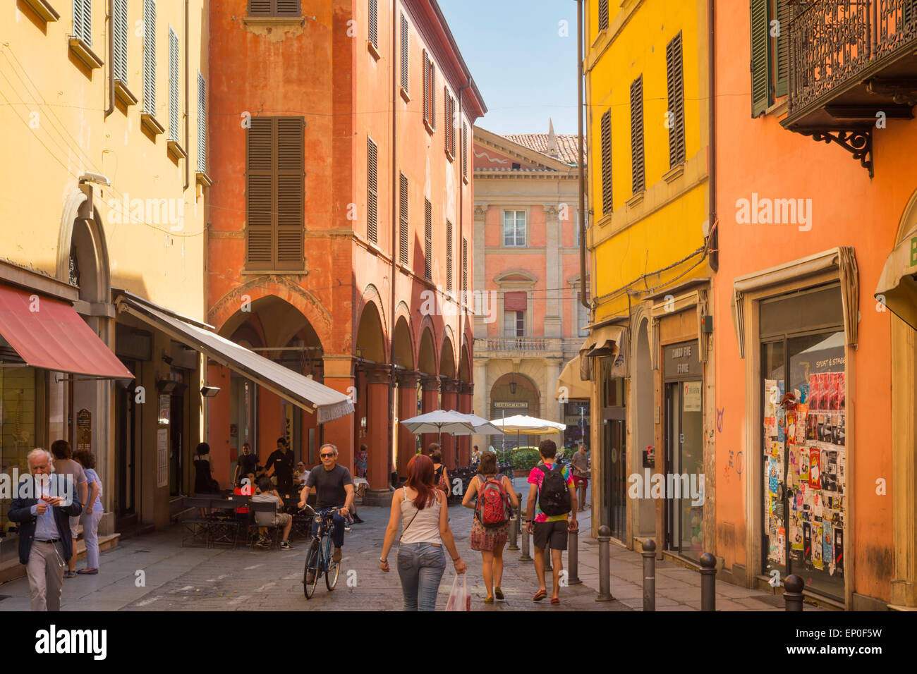 Bologna, Emilia Romagna, Italia. Scena in Via Zamboni, una tipica strada del centro storico. Immagini Stock