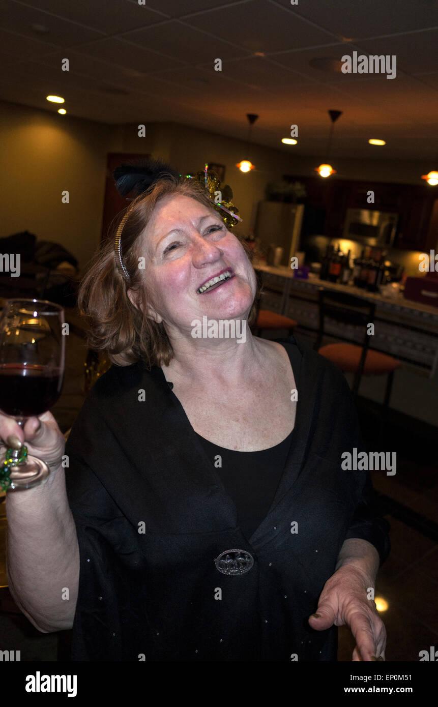 Matura estatica femmina adulta godendo un momento glorioso al suo Academy Award Party. St Louis Park Minnesota MN Immagini Stock