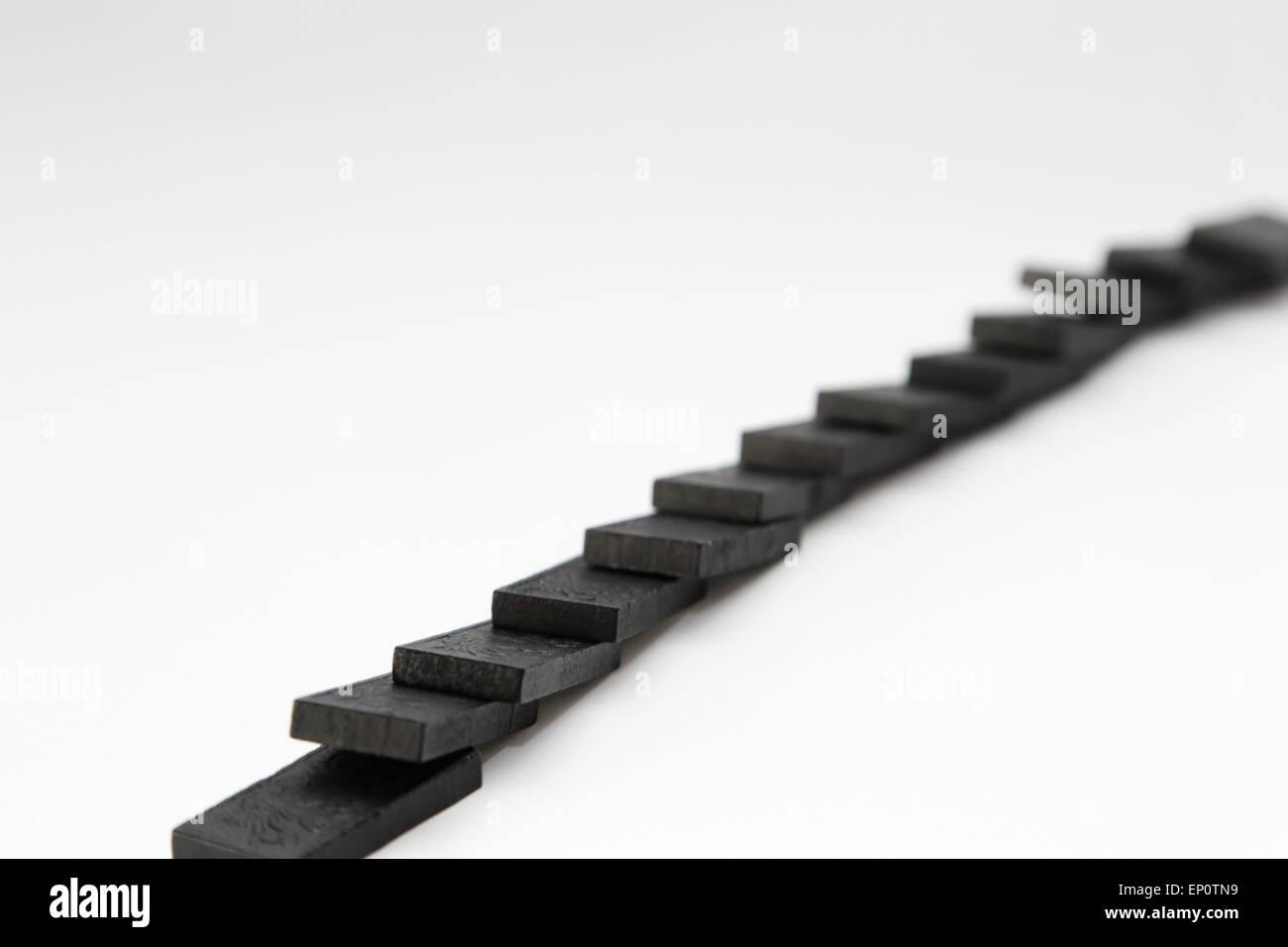 I pezzi del gioco di domino su uno sfondo bianco. Immagini Stock