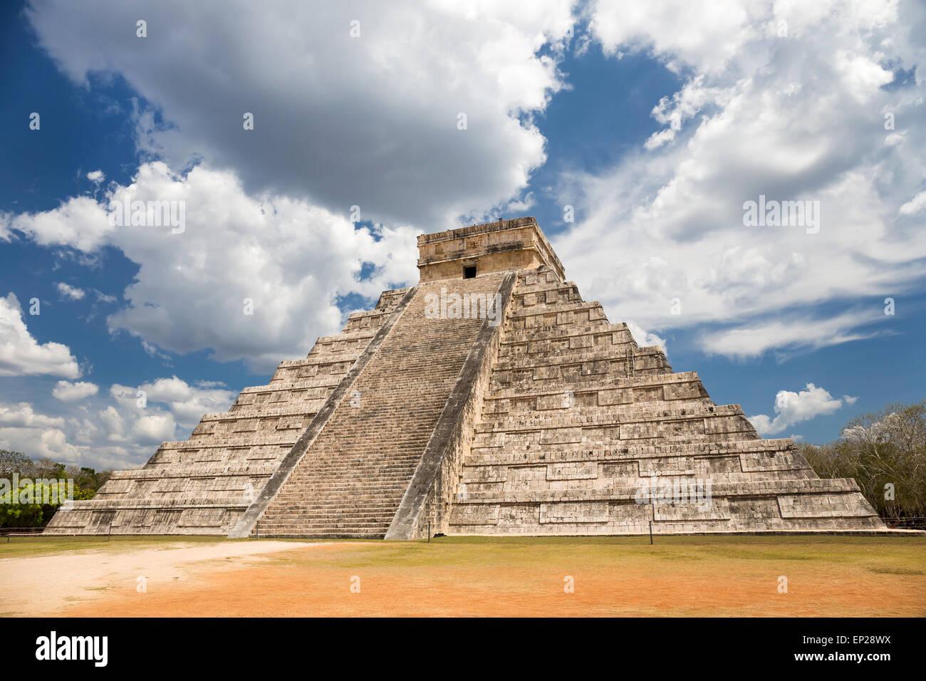 El Castillo (Kukulkan tempio) di Chichen Itza, piramide Maya nello Yucatan, Messico Foto Stock