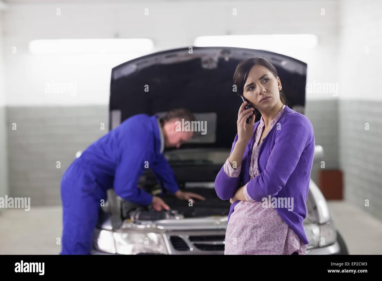 Client in possesso di un telefono cellulare accanto a un auto Immagini Stock