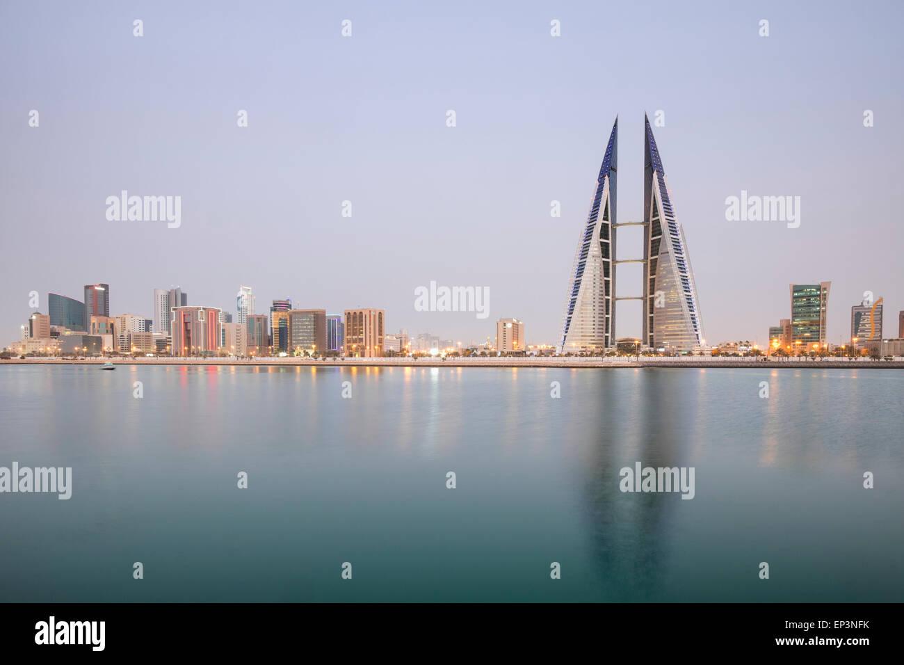 Vista del World Trade Center e lo skyline di Manama nel regno del Bahrain Immagini Stock