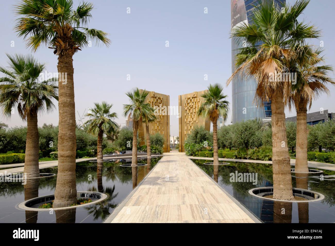 Vista della Costituzione un monumento all'interno di nuovo al parco Shaheed in Kuwait City Kuwait. Foto Stock