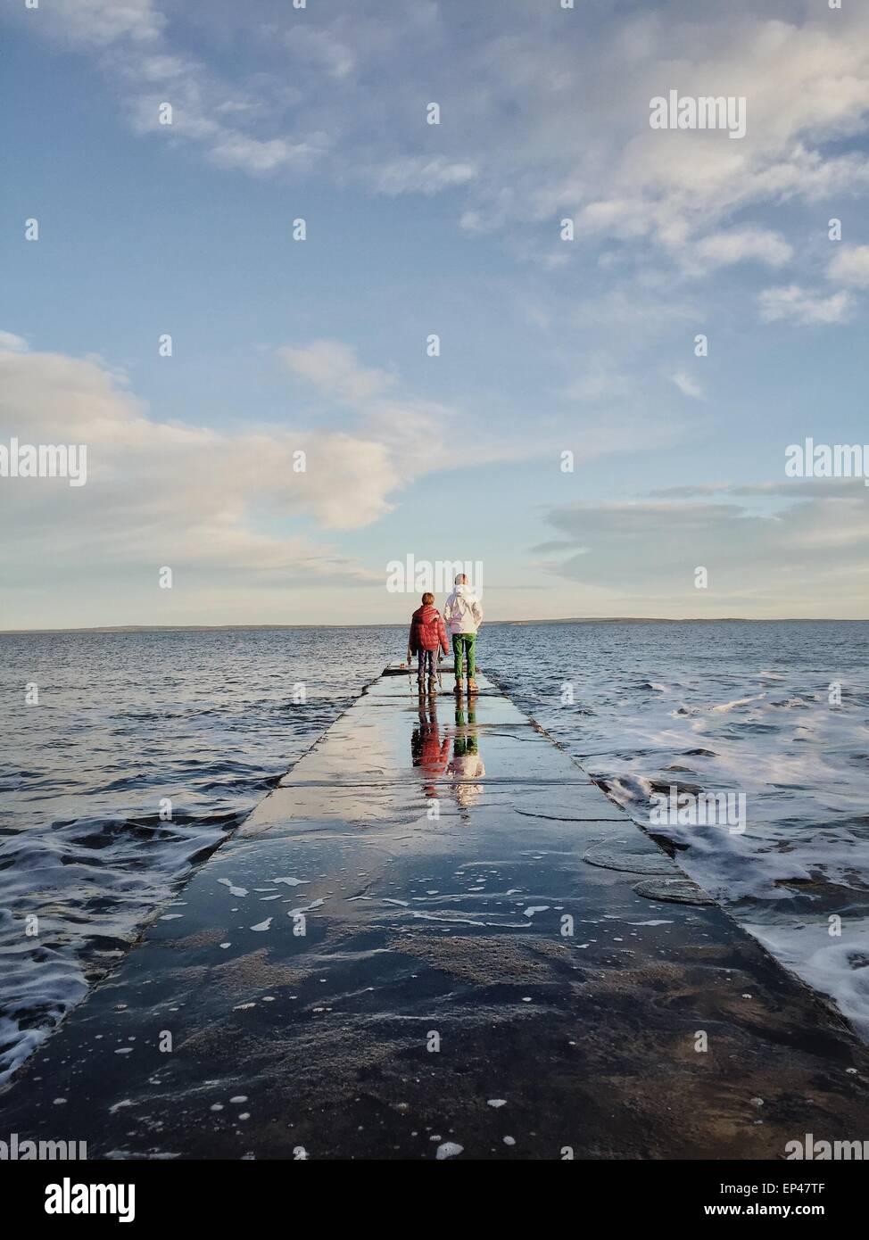 Due ragazzi guardando il mare, Oslofjord, Tonsberg, Norvegia Immagini Stock