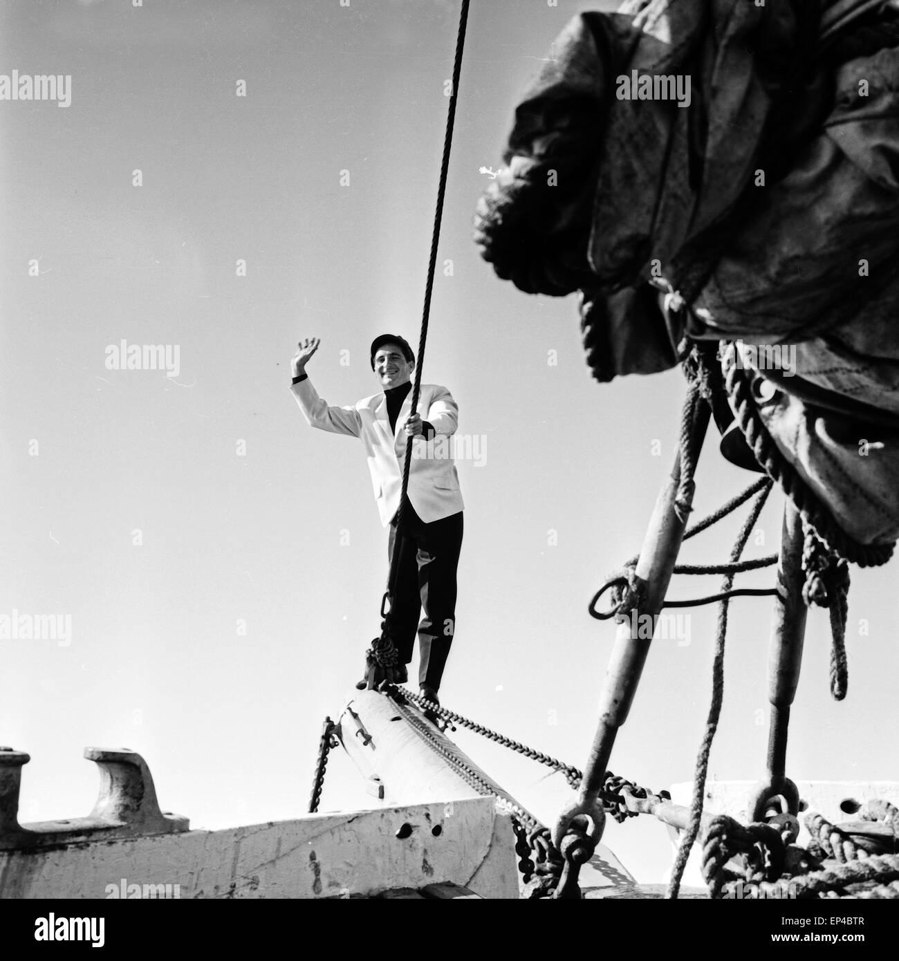 Deutscher Sänger Freddy Quinn an der Bugspriet auf dem critica Polydor Schiff 'Heimweh', Deutschland 1950er Jahre. Foto Stock