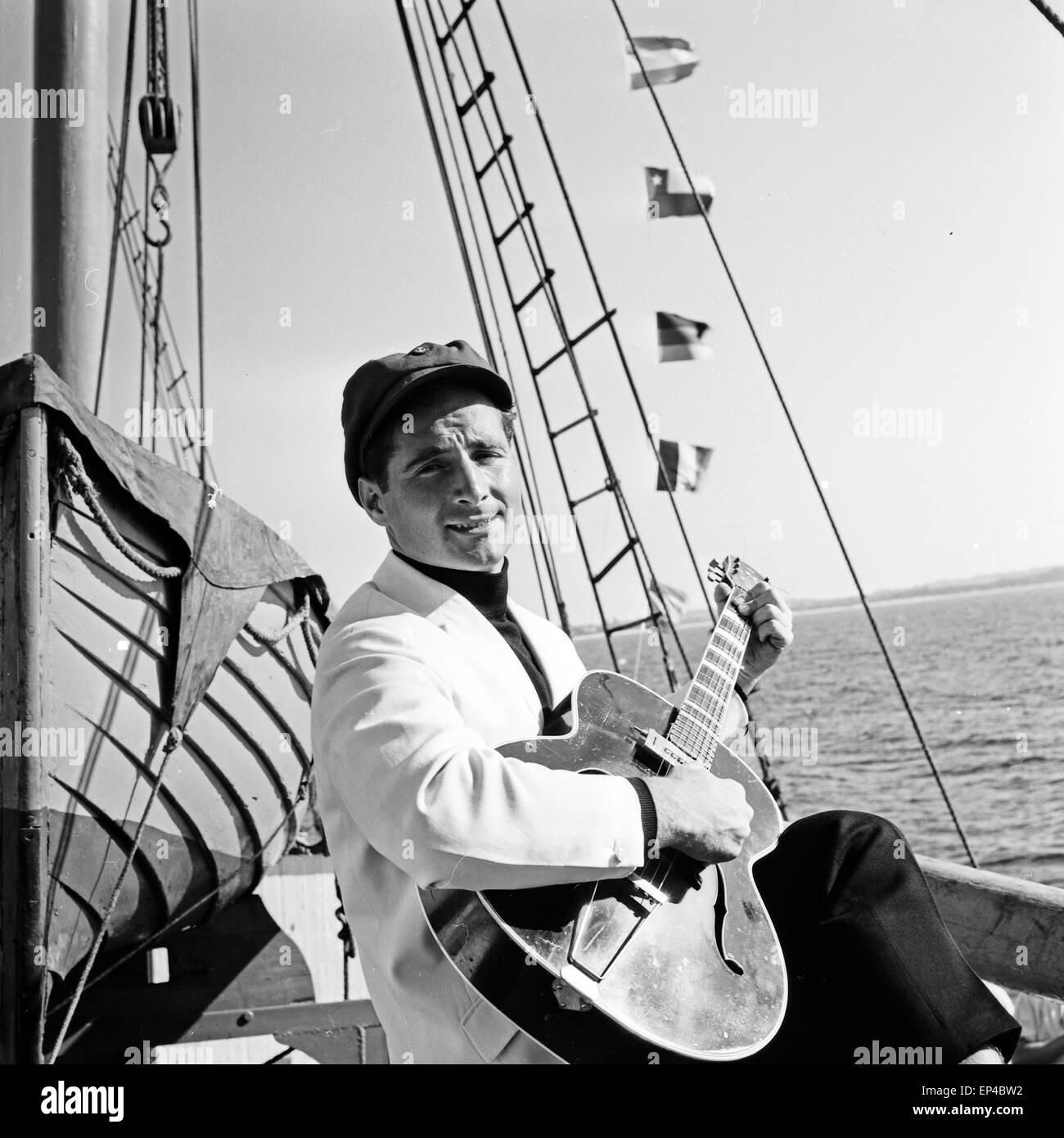 Deutscher Sänger Freddy Quinn singt auf dem critica Polydor Schiff 'Heimweh', Deutschland 1950er Jahre. Cantante Foto Stock