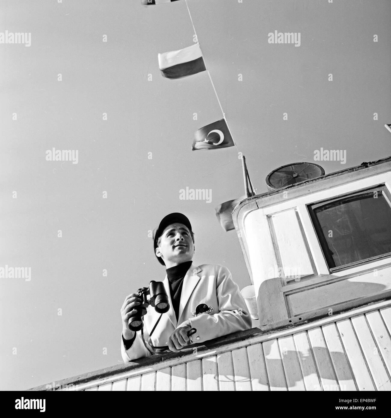 Deutscher Sänger Freddy Quinn auf der Brücke vom critica Polydor Schiff 'Heimweh', Deutschland 1950er Jahre. Cantante Foto Stock