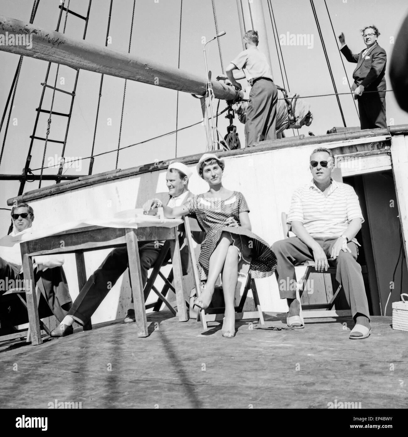 Geladene Gäste auf dem critica Polydor Schiff 'Heimweh', Deutschland 1950er Jahre. Camminatori e ospiti speciali Foto Stock