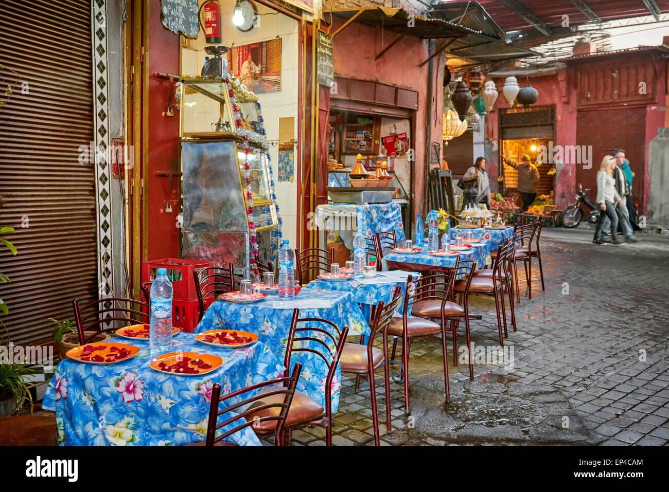 Una strada locale ristorante nei pressi di Djemaa el Fna, Medina di Marrakech, Marocco, Africa Immagini Stock