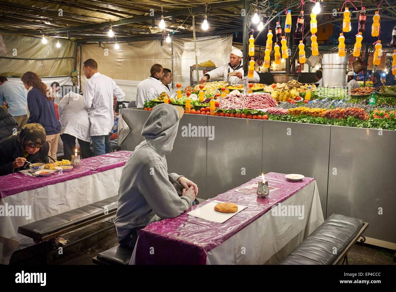 Street restaurant a Djemaa el Fna mercato a notte nel cuore di Marrakech. Il Marocco Immagini Stock