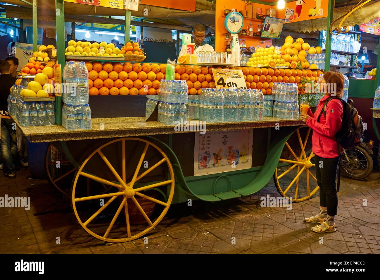 Succo di arancia venditore al bazaar notturno e chioschi presso la Piazza Jamaa El Fna, Medina di Marrakesh. Il Foto Stock