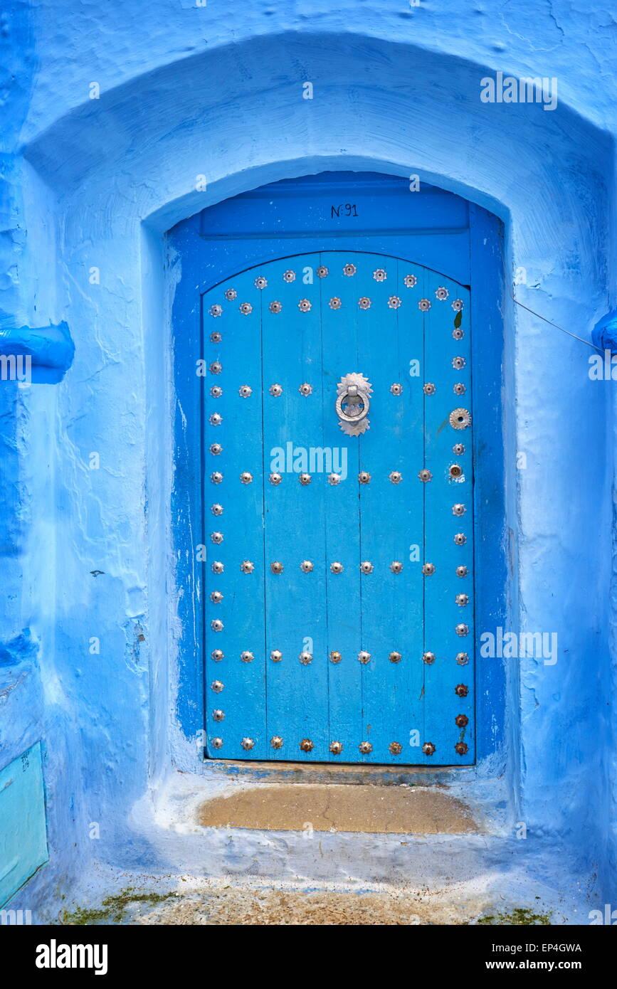 Chefchaouen (Chaouen) - muri degli edifici della città sono verniciati di colore blu, Marocco Immagini Stock