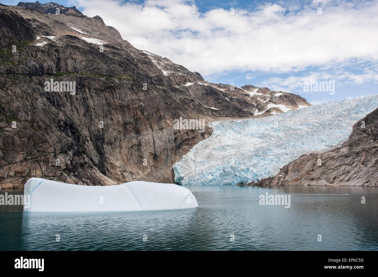 Iceberg galleggianti di fronte del ghiacciaio in Prince Christian Sound, Groenlandia meridionale Foto Stock
