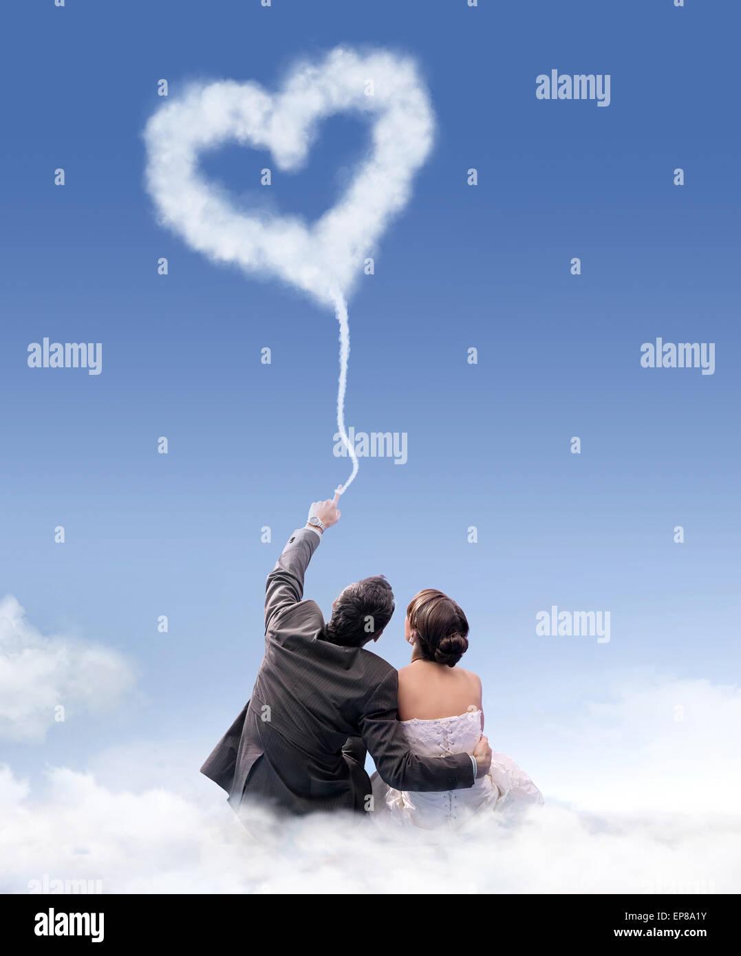 Appena sposato giovane seduto sulla nuvola di flossy Immagini Stock