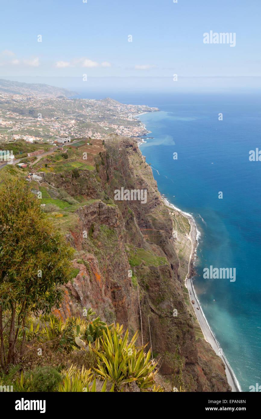 Paesaggi di Madera; vista della costa meridionale dell'isola di Madeira e l'Oceano Atlantico si vede dal Cabo Girao, Foto Stock