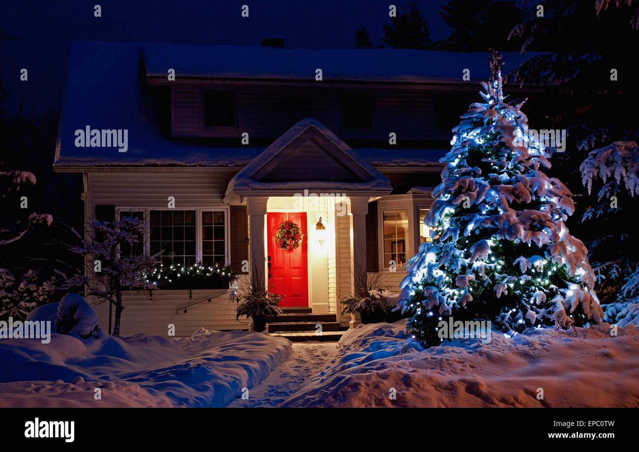 Albero Di Natale Quebec.Un Albero Illuminato Di Fronte A Una Casa Con Una Porta Rossa Al Tempo Di Natale Knowlton Quebec Canada Foto Stock Alamy