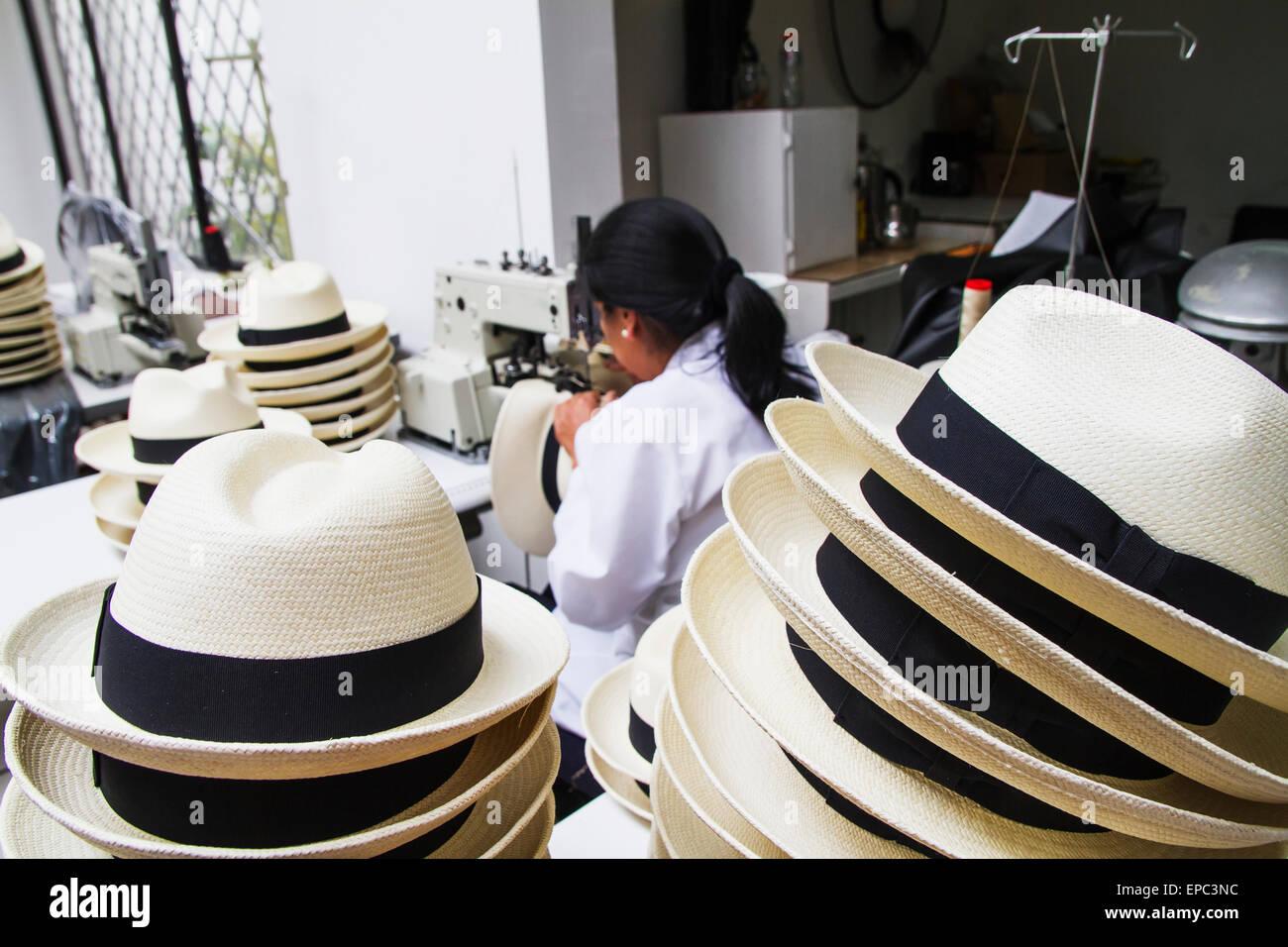 Donna cucire il nero sull orlo di un cappello di Panama a Homero Ortega  Panama Hat b078147077a5