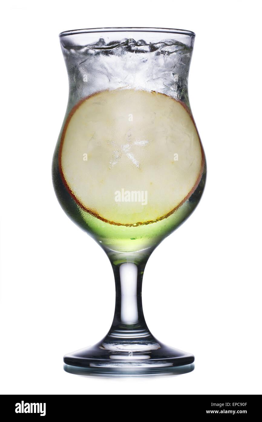 Cocktail alcolico in uragano di vetro con una fetta di apple. Fresche, aspetto pulito. Immagini Stock