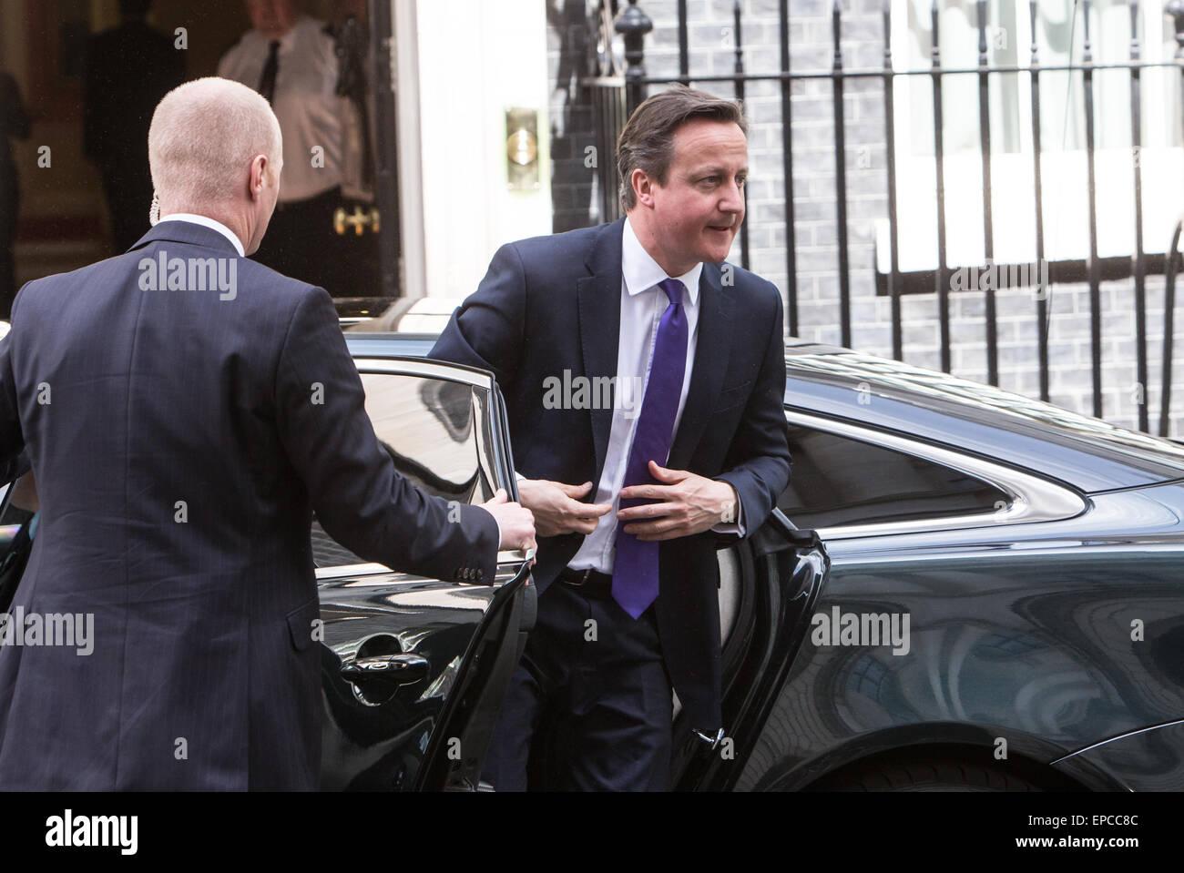 Il primo ministro,David Cameron, arriva al numero 10 di Downing street Foto Stock