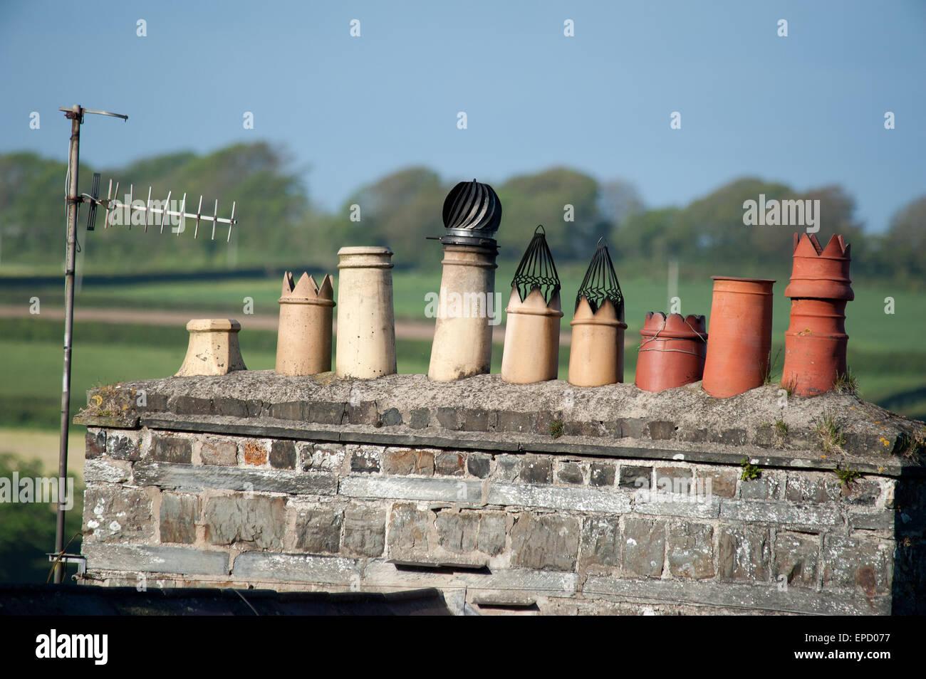 Fila di comignoli sulla casa di pietra, St Dogmaels Galles Immagini Stock
