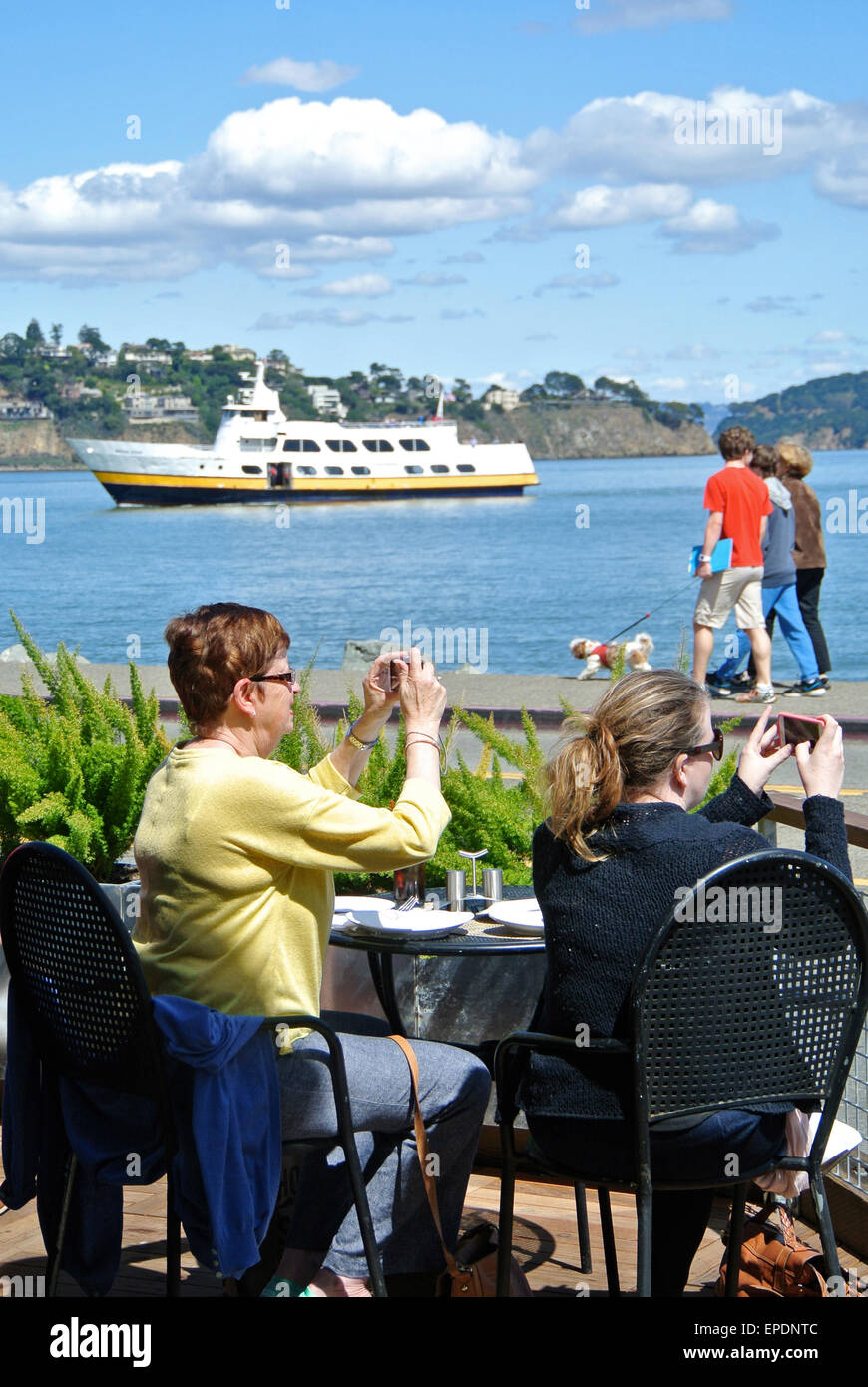 I turisti scattare foto con i cellulari a Sausalito Cafe Immagini Stock
