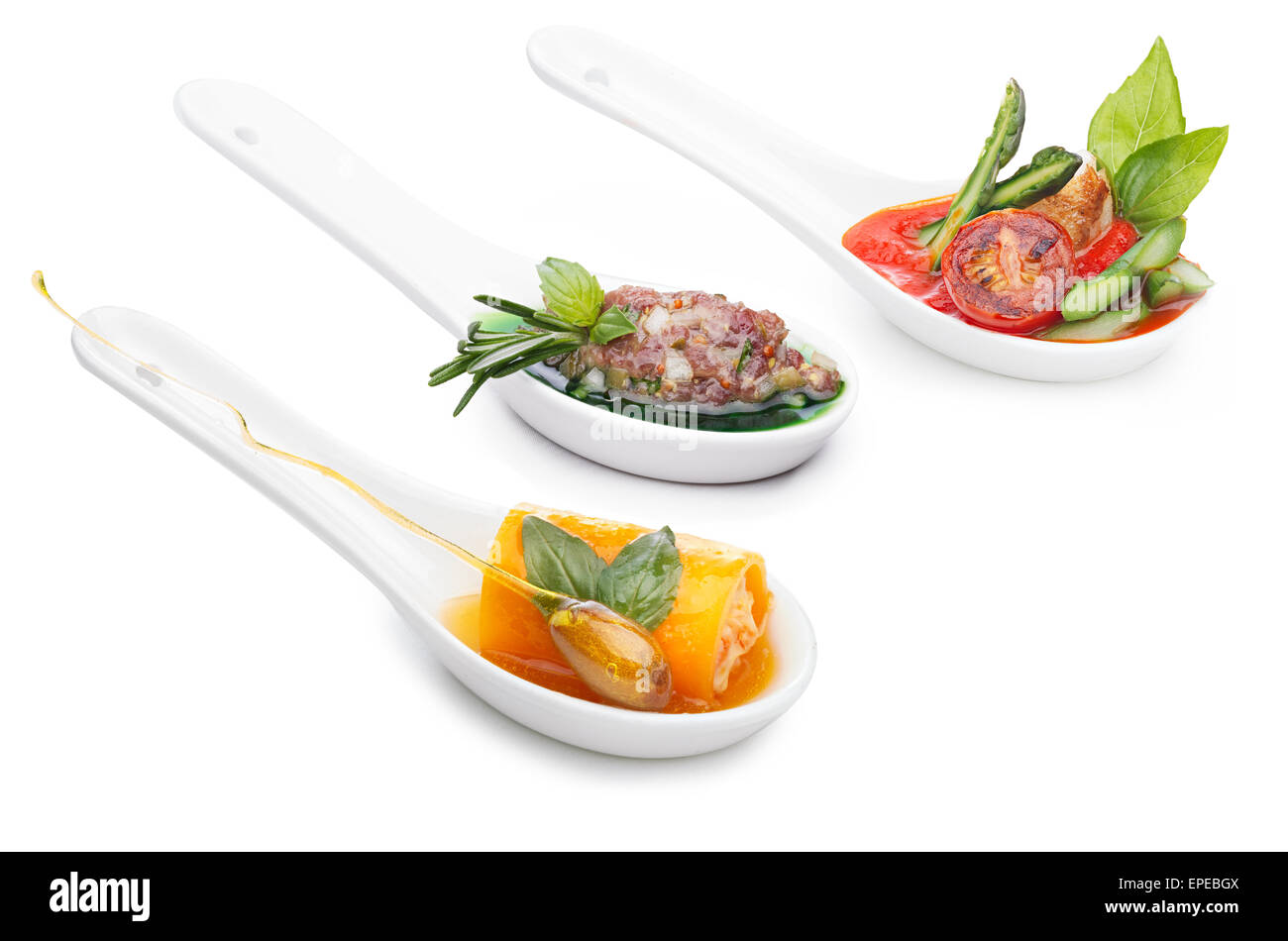 Varietà di antipasti in ceramica cucchiai. Spuntini. Finger food. Foto Stock