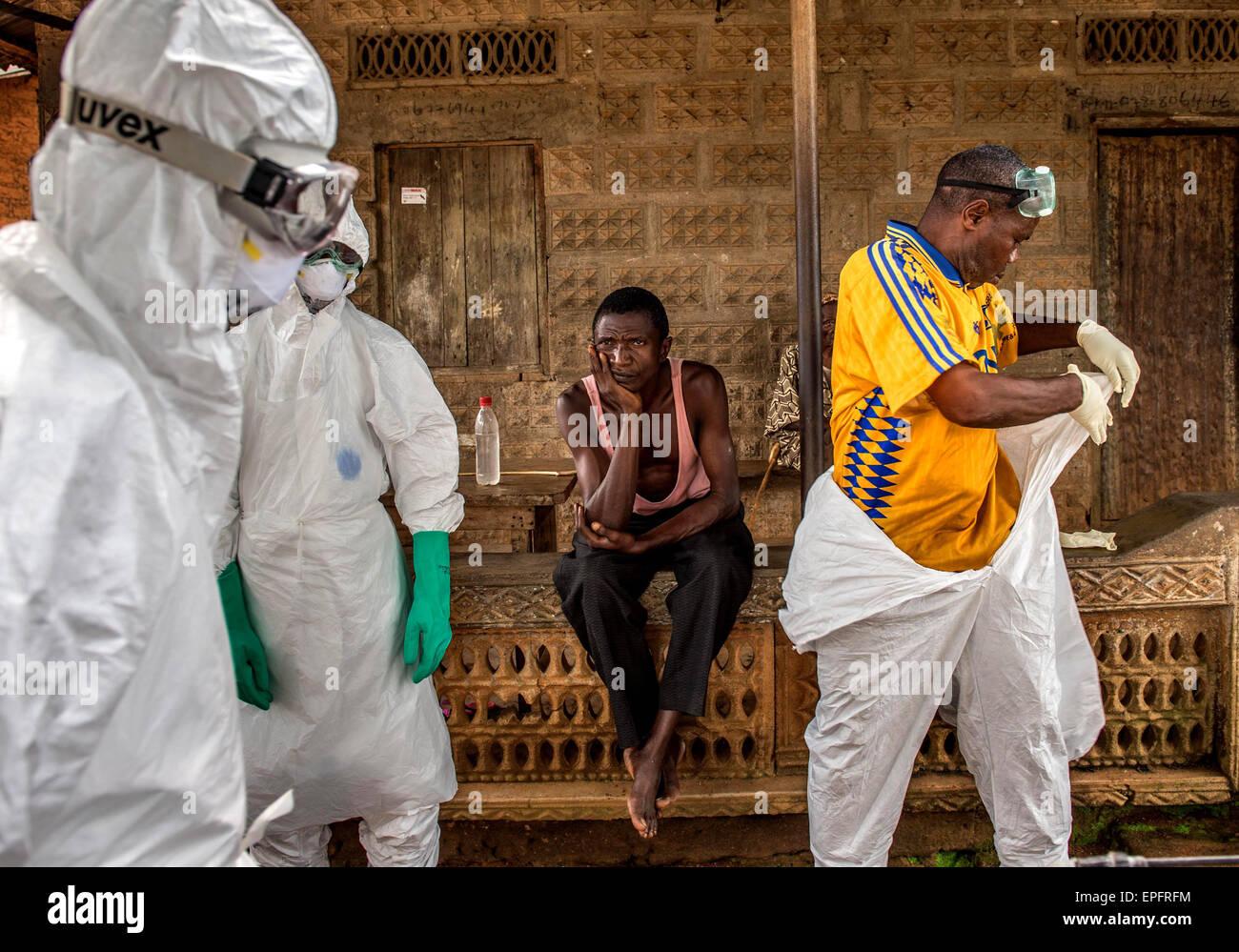 I membri di un team di sepoltura a prepararsi per una sepoltura in Komende Luyama village. Eastern Sierra Leone Immagini Stock