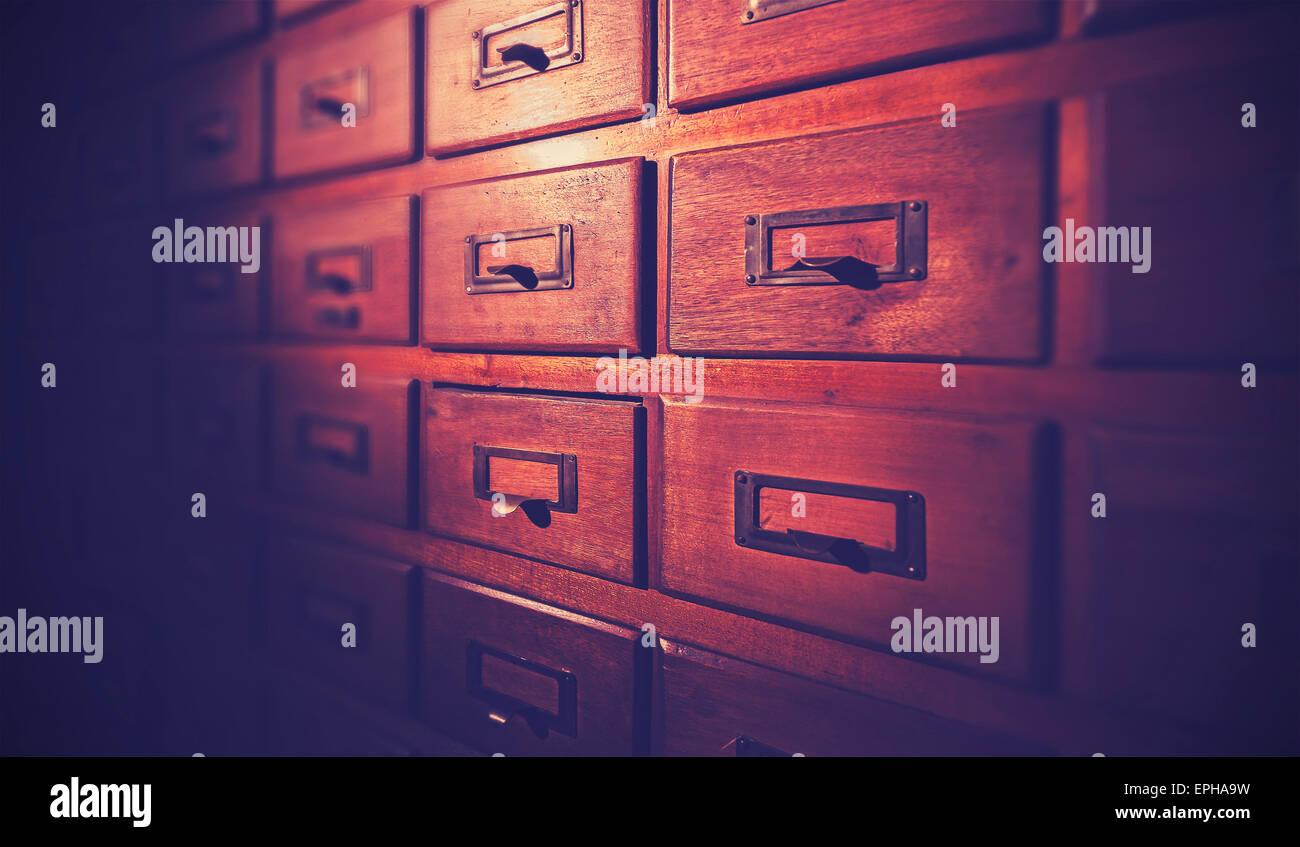 Vintage filtrata vecchio legno scuro catalogo carta, punti di luce e di tilt shift effetto. Immagini Stock