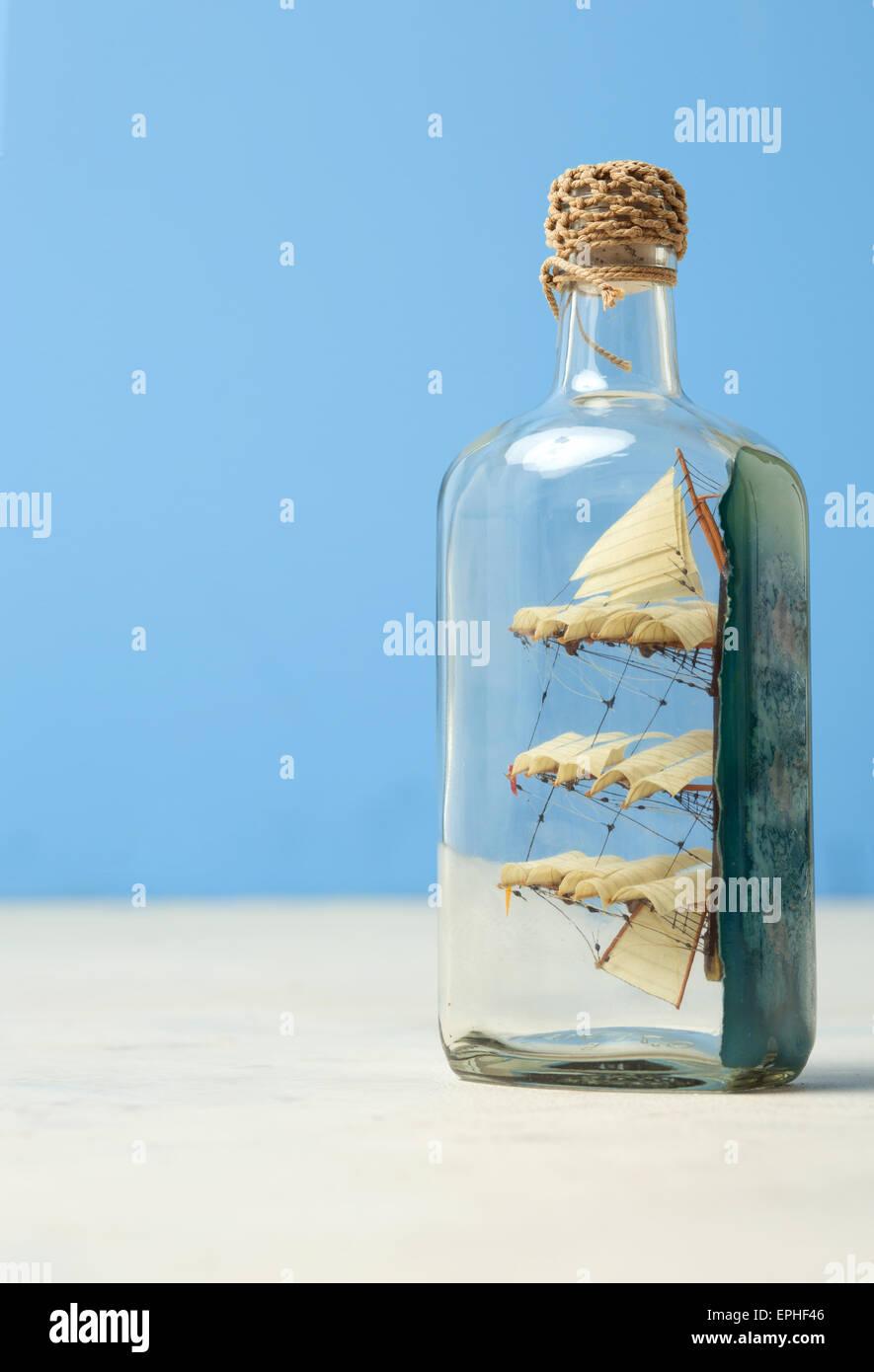 Barca giocattolo in una bottiglia di vetro Immagini Stock
