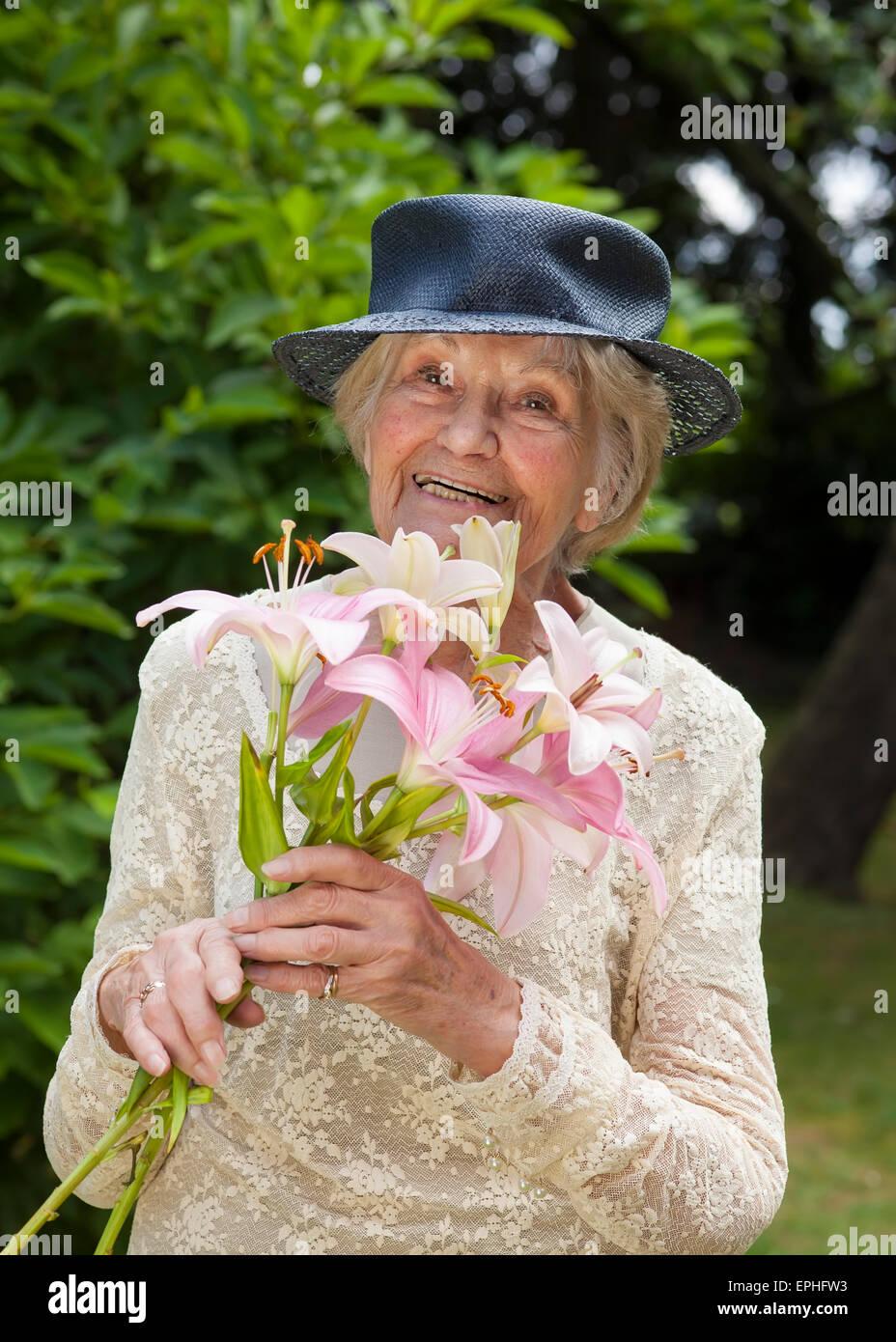 newest 627e8 a840f Felice signora anziana in un elegante abito di Lacy e hat ...