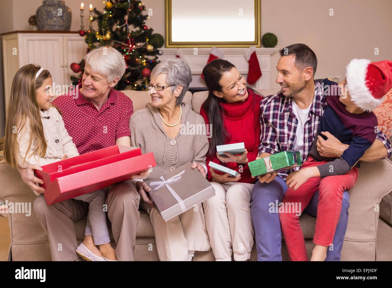 Famiglia festosa apertura dei regali a Natale Immagini Stock