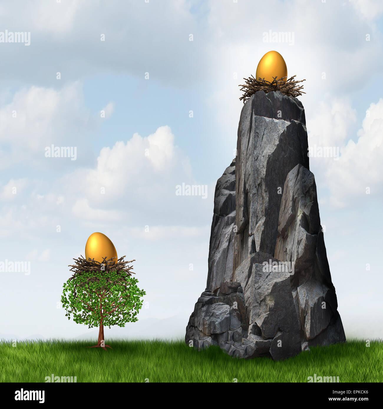 Investimento sicuro la scelta come un golden nest uovo in un albero basso e un altro il pensionamento o risparmi Immagini Stock