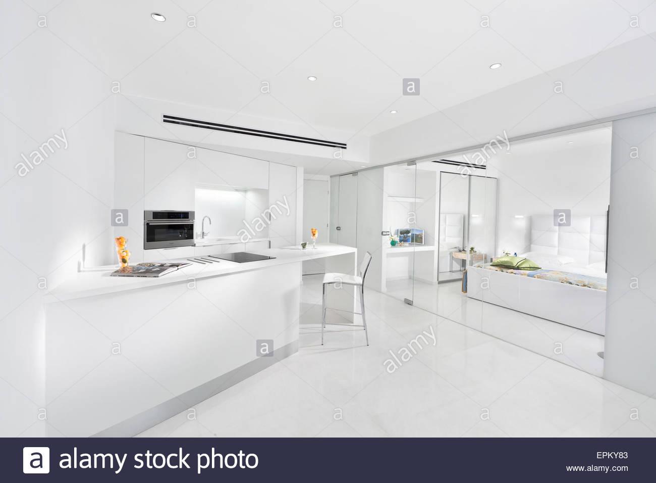 Credenza Con Porte Scorrevoli : Cucina bianca con porte di vetro scorrevoli che conduce alla camera