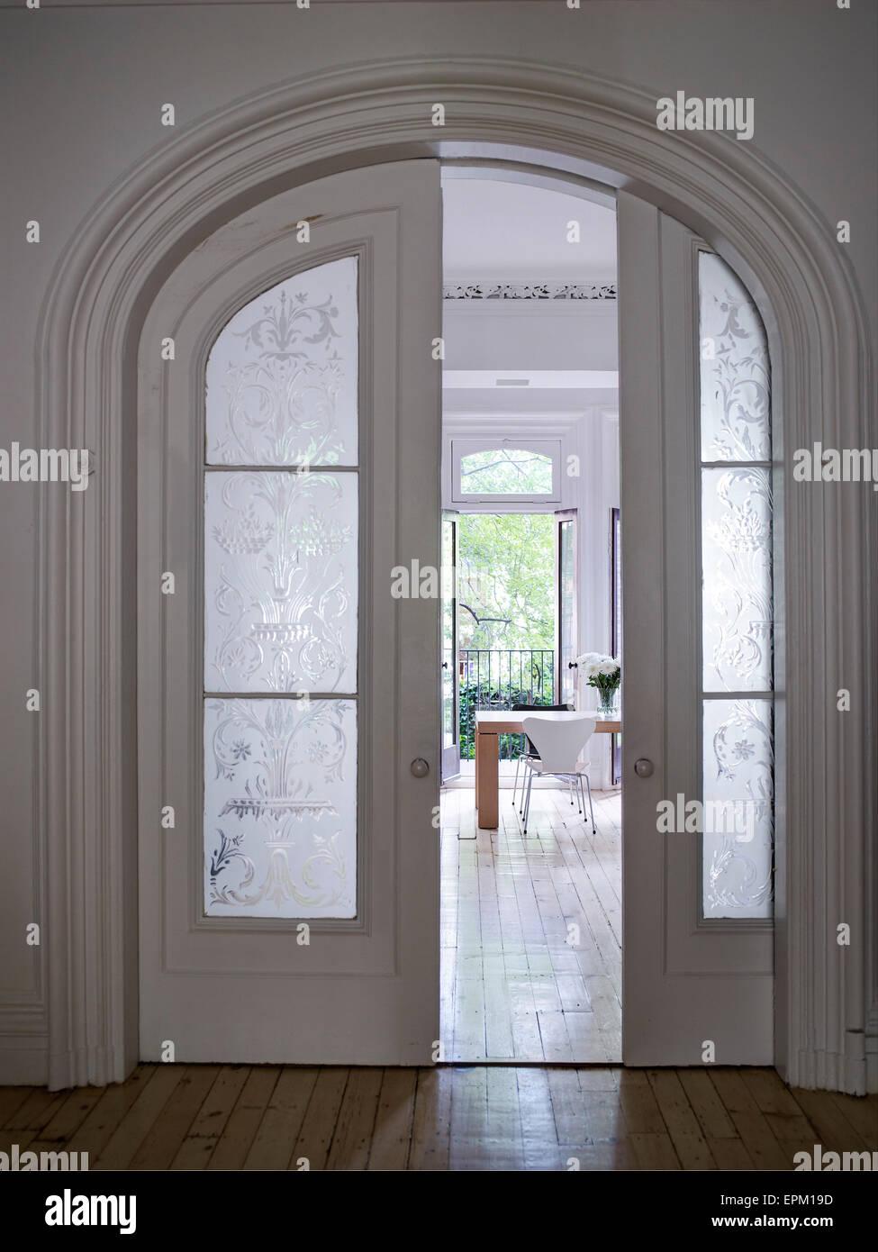 In legno e porte scorrevoli di vetro nel telaio di porta - Porta ad arco ...