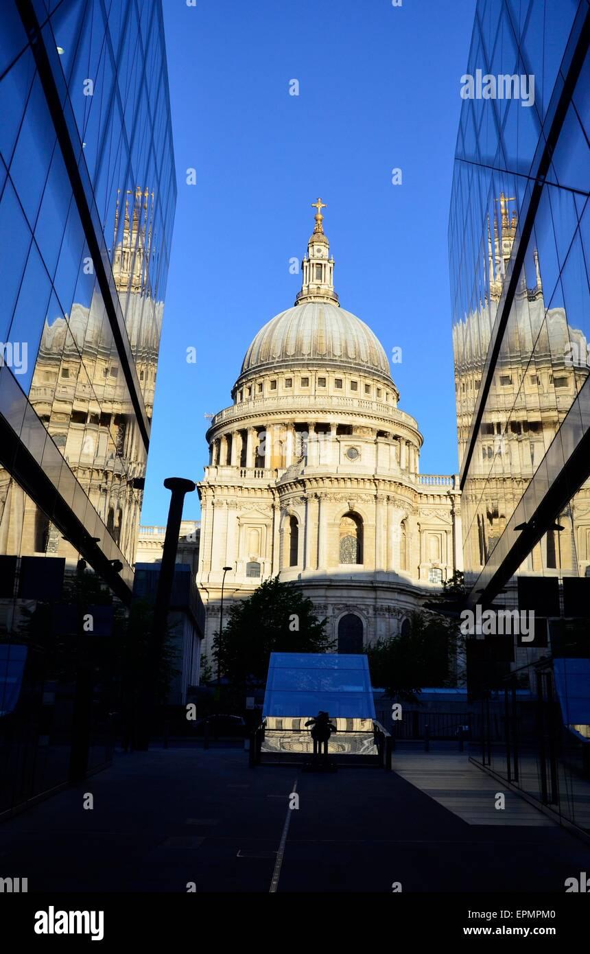 La Cattedrale di St Paul e all'alba, la città di Londra, Inghilterra, Regno Unito Foto Stock
