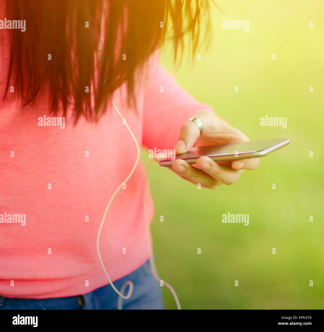 Ragazze Mani Tenendo Il Telefono Cellulare Mentre Ascolti La Musica