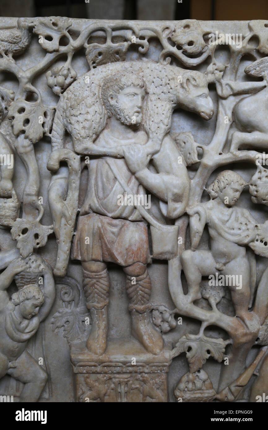 Sarcofago con buon Pastore e il simbolico della vigna. 4° C. Gesù appare barbuto . Musei Vaticani. Immagini Stock