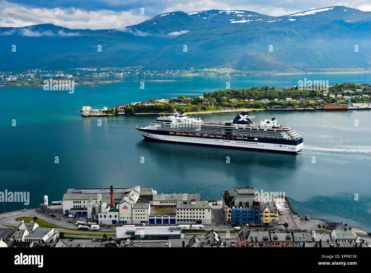 Celebrità Cruiseliner Celebrazione di lasciare il porto di Alesund, Moere og Romsdal, Norvegia Immagini Stock