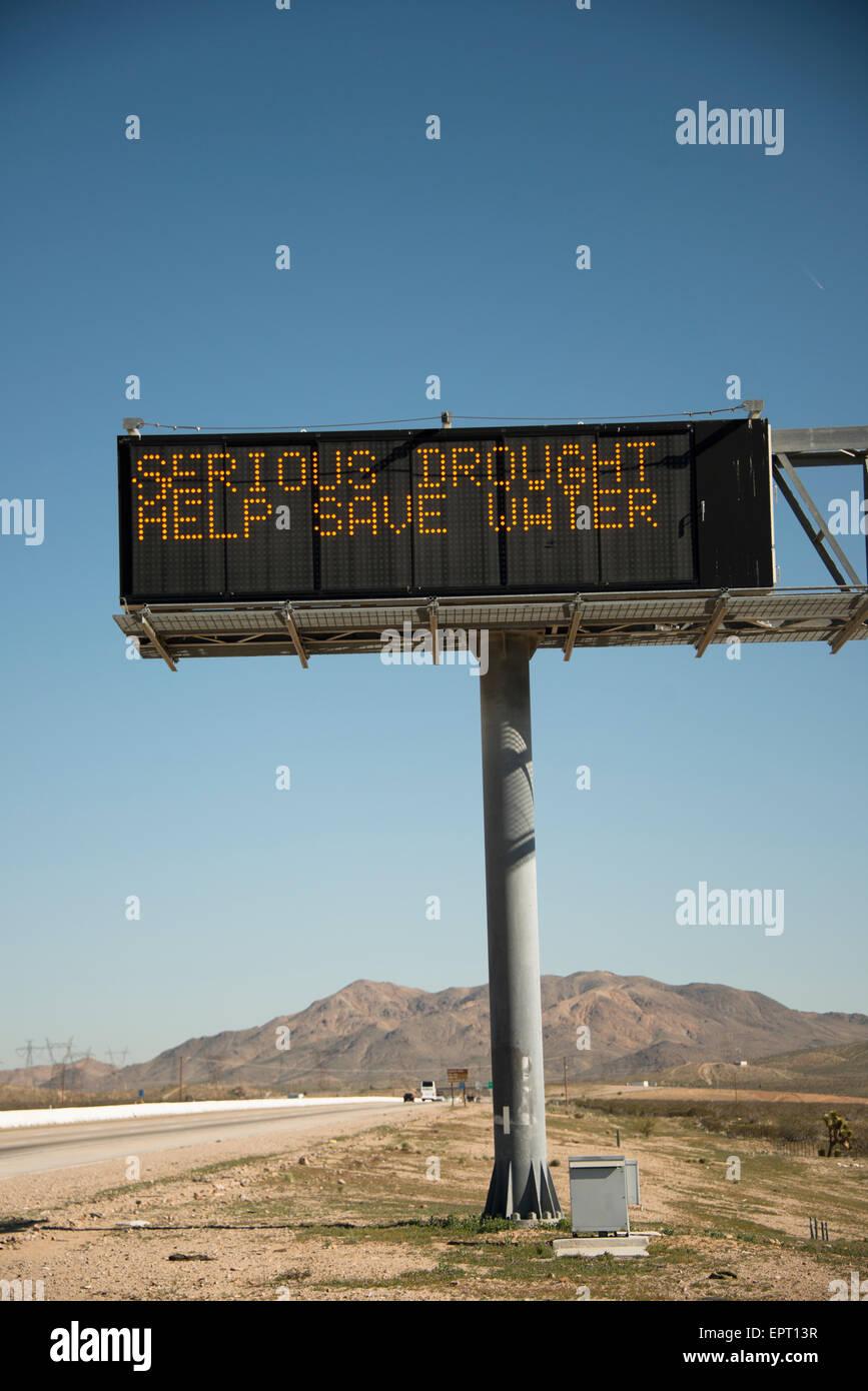 Segno di avvertimento di condizioni di siccità in stato di California lungo la superstrada nel deserto Immagini Stock