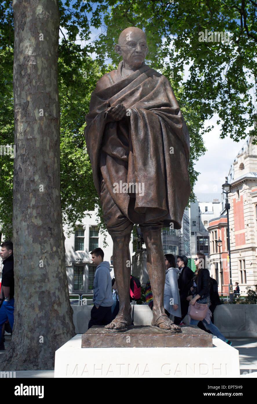 Statua del Mahatma Gandhi da lo scultore britannico Philip Jackson in piazza del Parlamento, Londra Immagini Stock