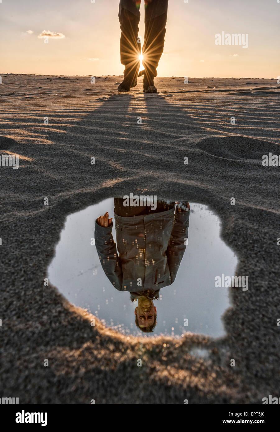 La riflessione di un uomo. Immagini Stock