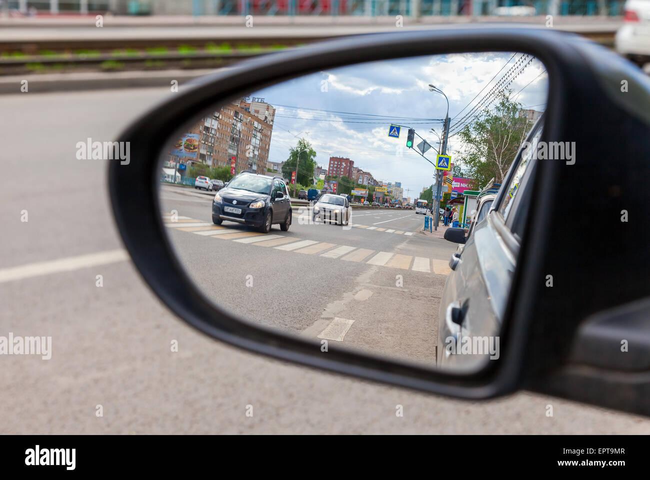 SAMARA, Russia - 17 Maggio 2015: riflesso nello specchietto retrovisore di un automobile Immagini Stock